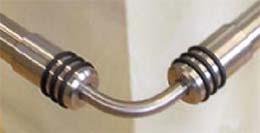 Hinweis zum Biegen:<br>- aufgeklebte Drehteile von den Enden des Winkels entfernen, <br>- Winkel in Schraubstock einspannen und mit Lötlampe rotglühend erhitzen, <br>- auf gewünschten Winkel biegen, <br>- abkühlen lassen, <br>- Verfärbung mit Schleifpapier K240 abschleifen, <br>- Drehteile wieder au